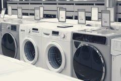 Mashines que se lavan en tienda de dispositivo fotos de archivo libres de regalías