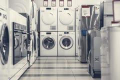 Mashines que se lavan en tienda de dispositivo fotografía de archivo libre de regalías