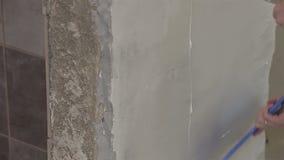 Masillas del pintor de casas una pared interior almacen de video