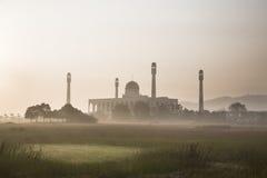 Masjid im Nebel Stockbild