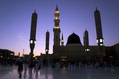 Masjid (Moschee) Nabawi am Sonnenuntergang in Medina stockfotografie