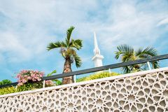 Masjid Negara moské och palmträd i Kuala Lumpur, Malaysia royaltyfri fotografi