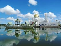Masjid Omar Ali Saifuddien meczet Brunei zdjęcia stock