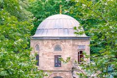 Masjid ou mesquita no pátio de Koza histórico Han em Bursa, Turquia fotos de stock