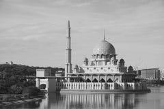 Masjid Putra moské på Putrajaya, Malaysia Royaltyfria Bilder