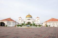 Masjid Selat Melaka ή Malacca μουσουλμανικό τέμενος στενών κατά τη διάρκεια μιας όμορφης ανατολής Στοκ φωτογραφία με δικαίωμα ελεύθερης χρήσης