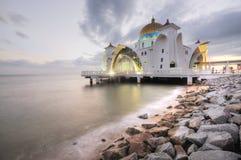 Masjid Selat Melaka (mezquita de los estrechos) Fotos de archivo libres de regalías