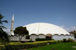 Masjid Tooba o mezquita redonda con el alminar y la defensa de mármol Karachi Paquistán de la bóveda de los jardines imágenes de archivo libres de regalías
