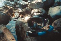Maska Dla Nurkować I Snorkel kłamstwo Na plaży Na skałach, Turystyki i podróży pojęcie obraz stock