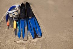 Maska i flippers na piasku obrazy royalty free