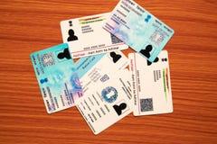 Maska, Karnataka India, Czerwiec, - 26, 2019: Aadhaar grępluje, komiśniak karta, wyborcy ID i niecki karta która wydaje rzędem In zdjęcia stock