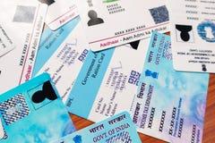 Maska, Karnataka India, Czerwiec, - 26, 2019: Aadhaar grępluje, komiśniak karta, wyborcy ID i niecki karta która wydaje rzędem In obraz royalty free