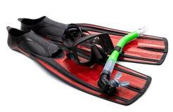 Maska, snorkel i flippers z wodnymi kroplami. Nurkowa przekładnia na whit Zdjęcie Stock