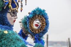 Maske in einem Spiegel Stockfotografie