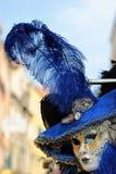 Maske im Hut mit Feder Lizenzfreies Stockfoto