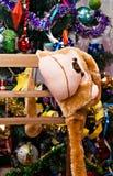 Maske-Kappenaffe auf einem Hintergrund des Weihnachtsbaums Lizenzfreie Stockfotografie