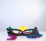 Maske mit farbigen Perlen auf weißem Hintergrund lizenzfreie stockfotografie