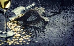 Maske mit sternförmigen confetties und Gläsern Stockfotos