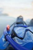 Maske und Flipper auf Sand Stockfotos