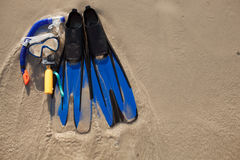 Maske und Flipper auf Sand Lizenzfreie Stockbilder