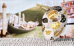Maske vor einem Kanal in Venedig stockbilder