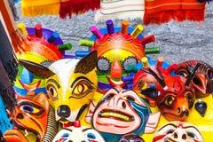 Masken schnitzten in hölzernem und in handgemaltem mit hellen Farben lizenzfreies stockbild