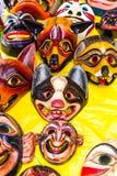 Masken schnitzten in hölzernem und in handgemaltem mit hellen Farben lizenzfreie stockfotos