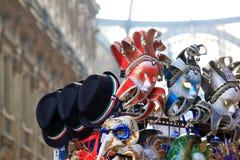 Masken und Hüte für Verkauf, Mailand, Italien lizenzfreie stockfotos