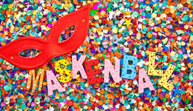 Maskenball en caractères en bois colorés Image stock