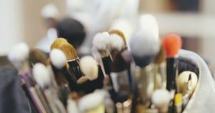 Maskenbildner Brushes Behind die Szenen der Modeschau stock video footage