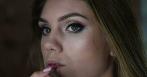 Maskenbildner, der Lippenstift vor dem Spiegel anwendet stock video footage