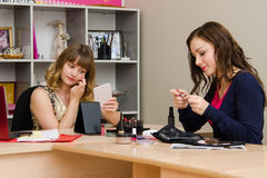 Maskenbildner konsultiert Kosmetik lizenzfreies stockfoto