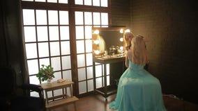 Maskenbildner macht ein Mädchen schönes Make-up vor einem wichtigen Ereignis die Frau, die Kosmetik mit einer Bürste aufträgt, bi stock footage
