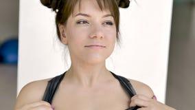 Maskenbildner macht Make-up von einem sch?nen jungen kaukasischen Brunette stock video