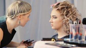 Maskenbildner macht Modellaugenmake-up stock video footage