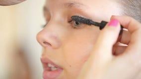 Maskenbildner-Stylist-Handeln bildet im Studio für das Jugendlich-Mädchen stock video footage