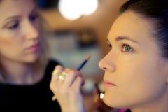Maskenbildner wendet skintone an Stockbild