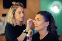 Maskenbildner wendet skintone an Lizenzfreies Stockfoto