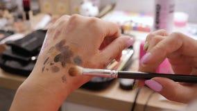 Maskenbildnerhände mischen Schatten stock video footage