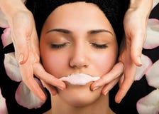 Maskenmassage-Lippentherapie Stockfoto