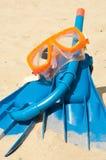 Masker en vinnen op een strand Stock Afbeelding