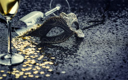 Masker met gevormde ster confetties en glazen Stock Foto's