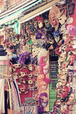 Maskera shopping i Venedig (Italien) nostalgieffekt Arkivbilder