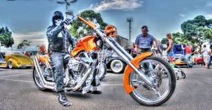 Maskerad cyklist på den beställnings- mopeden Royaltyfria Bilder