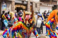 Maskerad dansareVirgen del Carmen Pisac Cuzco Peru Arkivfoton
