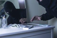 Maskerad inkräktare under röveri Royaltyfri Fotografi