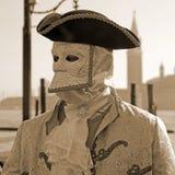 Maskerad person i dräkt på pir i Sts Mark fyrkant under Royaltyfri Fotografi