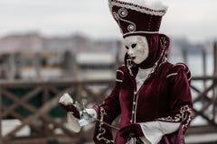Maskerad person på den Venedig karnevalet Royaltyfria Bilder