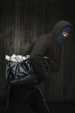 Maskerad stöld med en stor påse av stal pengar Royaltyfri Foto