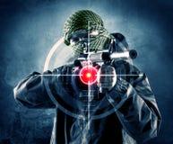 Maskerad terroristman med vapen- och laser-målet på hans kropp royaltyfri bild